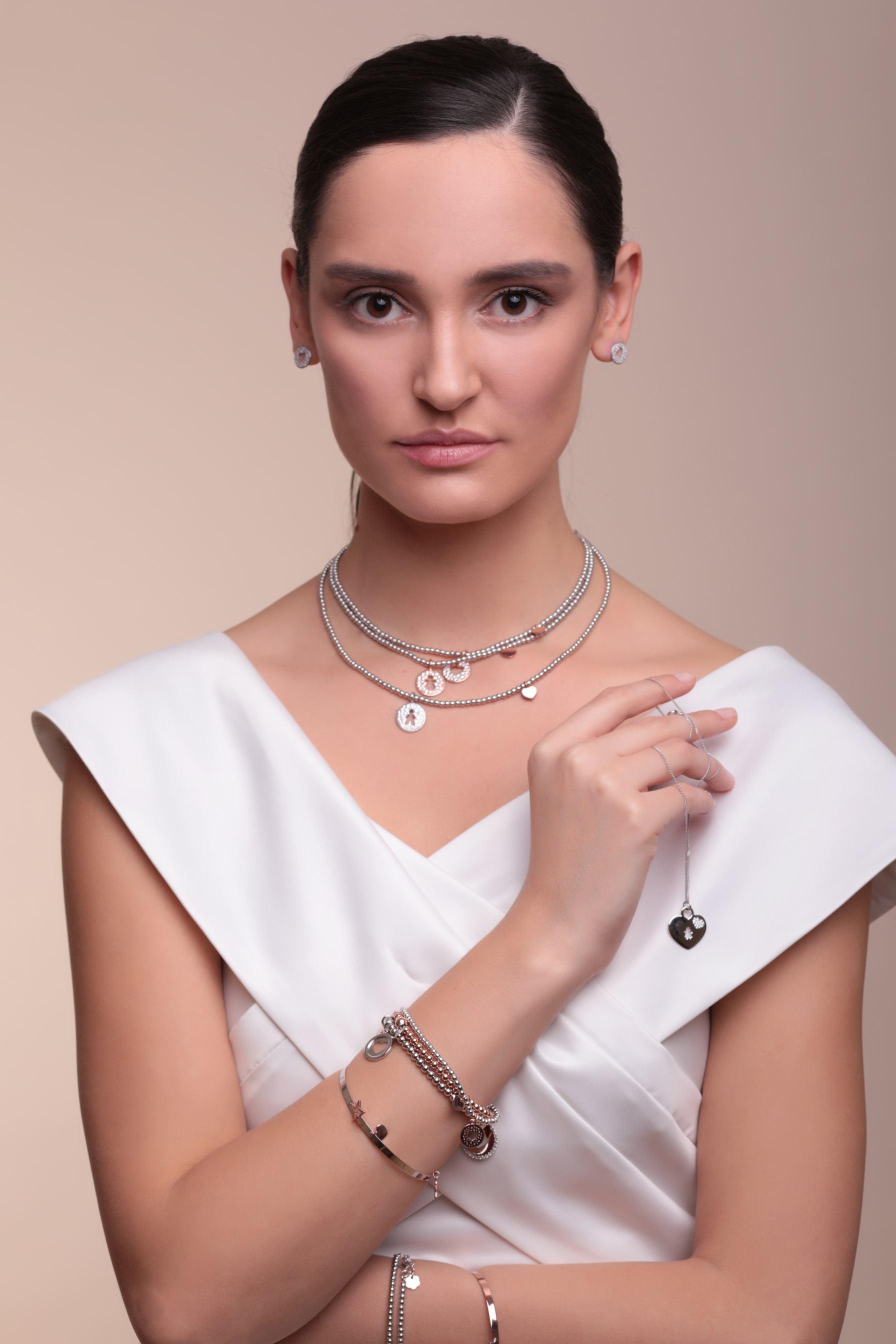 Srebrne nausnice, redovna cijena 320kn, s popustom 160kn, srebrna ogrlica, redovna cijena 1090kn, s popustom 545kn, Zaks