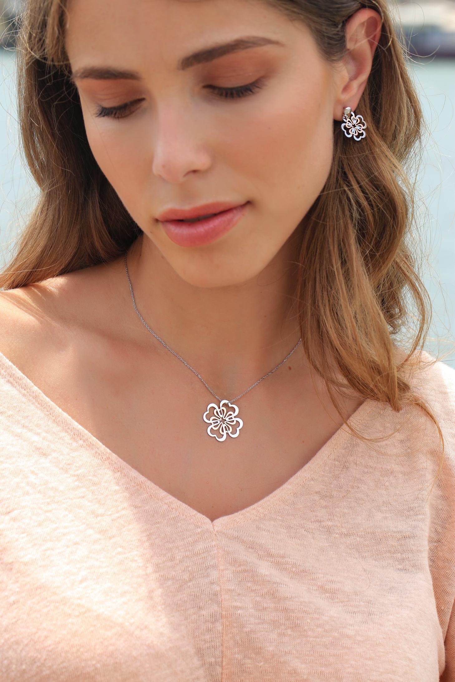 Srebrne nausnice, red.cijena 320kn, s popustom 160kn, srebrna ogrlica, red.cijena 360kn, s popustom 180kn, Argentum